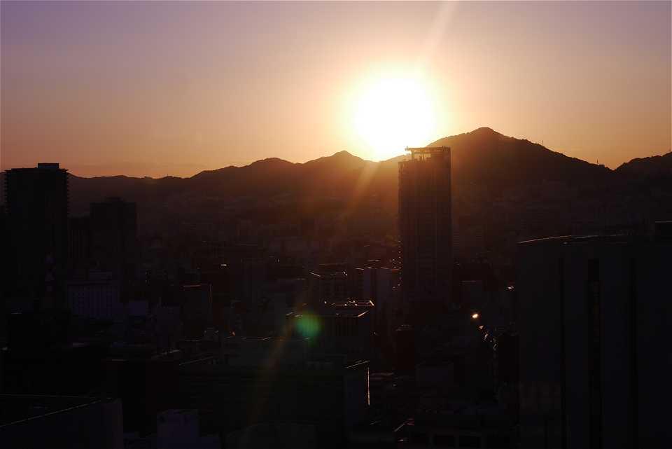 神戸の山に沈む夕日 市役所展望台から