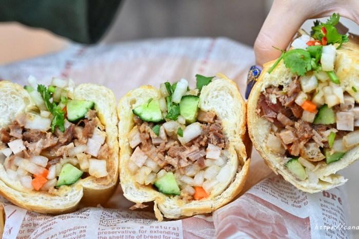 小辣椒越南麵包 許多人心目中第一名的台中越南麵包,現烤法國麵包,料整個塞超滿!