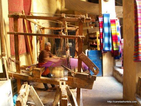As mantas coloridas de seda que captam o olho do visitante continuam a ser feitas em teares à moda antiga em Fez