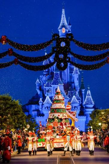n019684-goofy-mickey-minnie-sleeping-beauty-castle-in-background