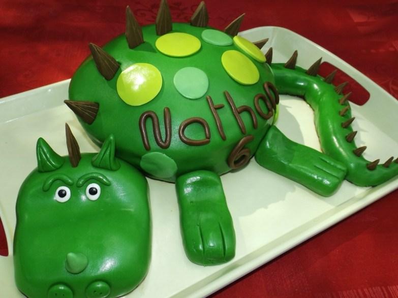 Gâteau Dinosaure pour les 6 ans de Nathan ( pâte à sucre )