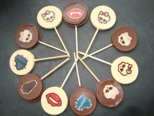 Gâteau en pâte à sucre pour planter des sucettes en chocolat et des cakes pops thème Monster High2