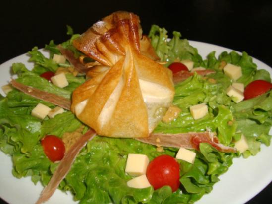 Salade composée avec aumônière de chèvre.png