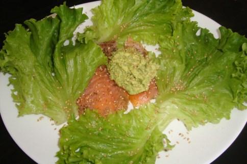 Carpaccio de saumon fumé au houmous d'avocat et salade verte