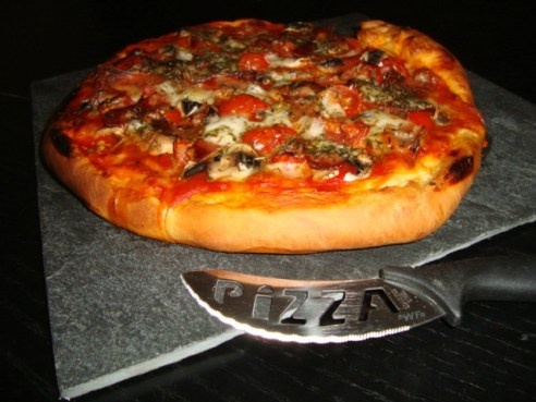 Pizza finades, champignons, tomates cerises et mozzarella