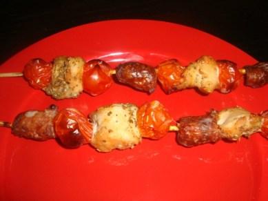 Brochettes mixtes chipolatas, poulet mariné et tomates cerise3