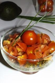 Truites fumées, avocat, tomates cerise et tartare d'algues ( en verrine )