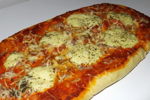 Pizza au pesto rosso, jambon cru et mozzarella