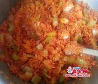 domates,sogan,biber ve patatesi bir müddet kavurun sonrasında salça ile bulguru katıp tekrar kavurun