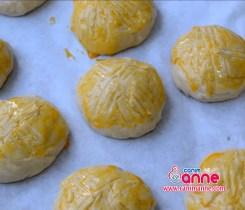 hamurdan parçalar kopartıp şekil verip yumurta sarısı sürelim
