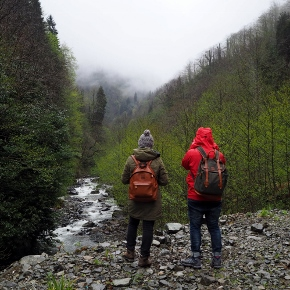 People hiking with their Niyo backpacks