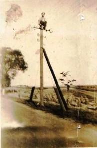 Budowa oświetlenia terenu hitlerowskiego obozu zagłady w Szebniach - 1942 rok na placu jeńcy rosyjscy