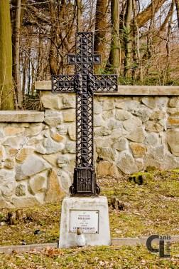 Krzyż patriarchalny w tej formie obecny również na cmentarzach nr 101 i 103 (projektowanych przez Hans Mayra)