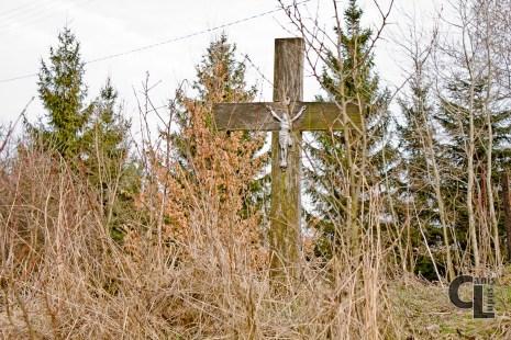 Drewniany krzyż przy miejscu gdzie można zostawić samochód.