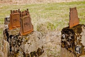 Przeniesione z cmentarza postumenty z fragmentami krzyży.