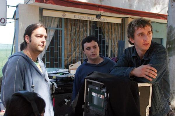 """Imagen del rodaje de """"Dejate Caer"""", dirigida por Jesús Ponce (a la izquierda), donde vemos a Darío Paso (centro) y a Ivan Massagué"""