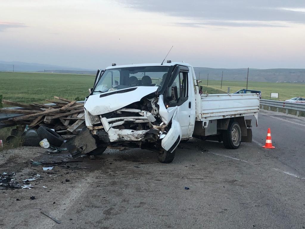 Lastiği patlayan kamyonet karşı şeride geçti: 5 yaralı