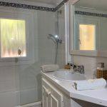 salle de bain avec baignoire et douche
