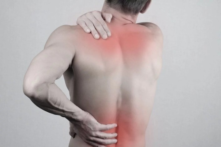 homme qui se tient le dos douloureux, cbd et la douleur