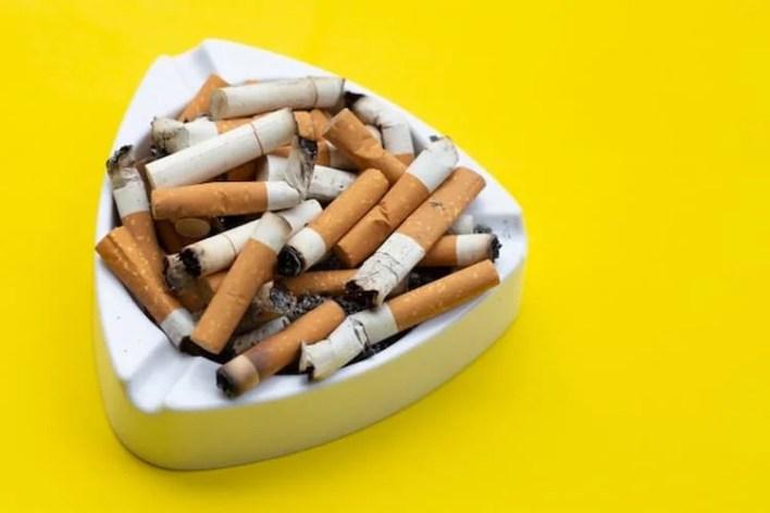 mégots de cigarettes dans un cendrier, cbd et tabac