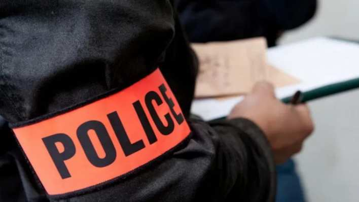 policier faisant une perquisition