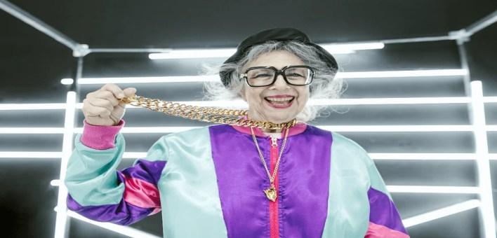 une femme de certaine âge stylée