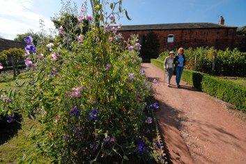87 CannonHallGuideBook_2081-gardens