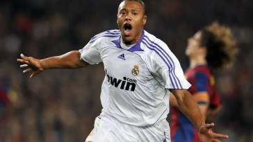 36965539_Real-Madrids-Julio-Cesar-Baptista-celebrates-after-scoring-their-first-goal-against-Barcel
