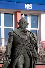 Pigeon and statue of Admiral de Suffren, on the Quai Suffren.