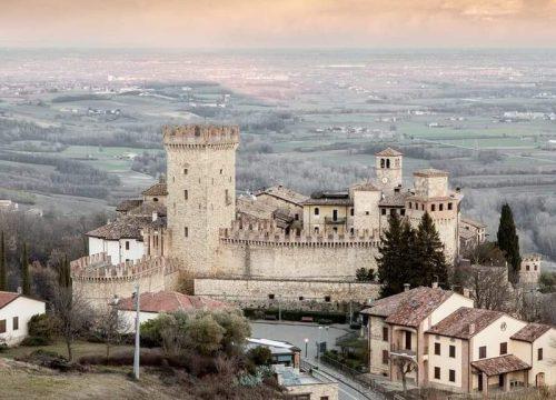 Castello di Vigoleno con panoramica sul territorio circostante
