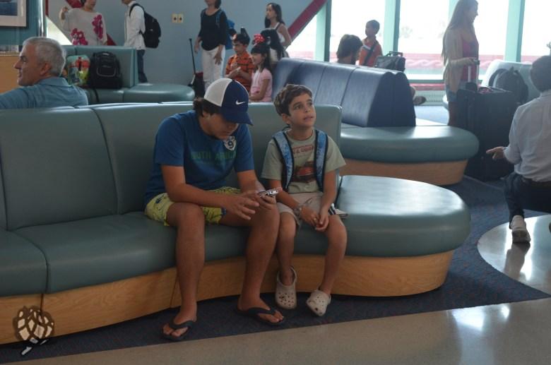 meninos checkin navio