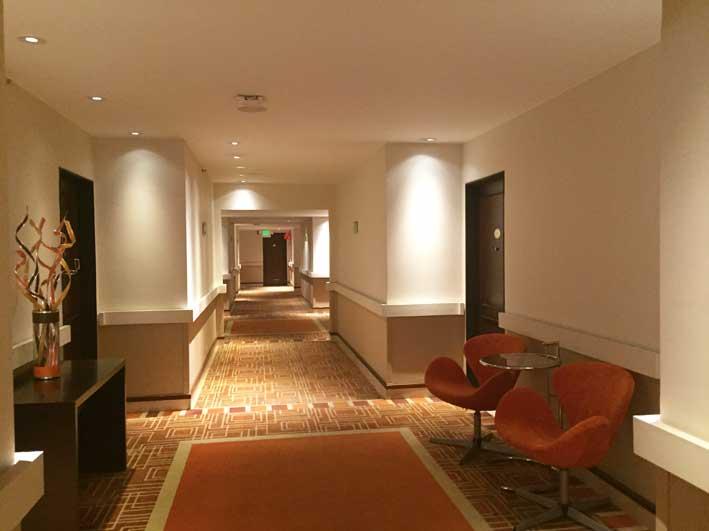Hotel-perto-do-aeroporto-em-Bogota-corredor