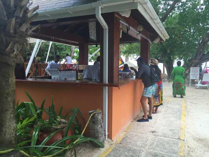 o-que-fazer-em-San-Andres-sem-sair-da-ilha-club-rocky-cay-bebidas