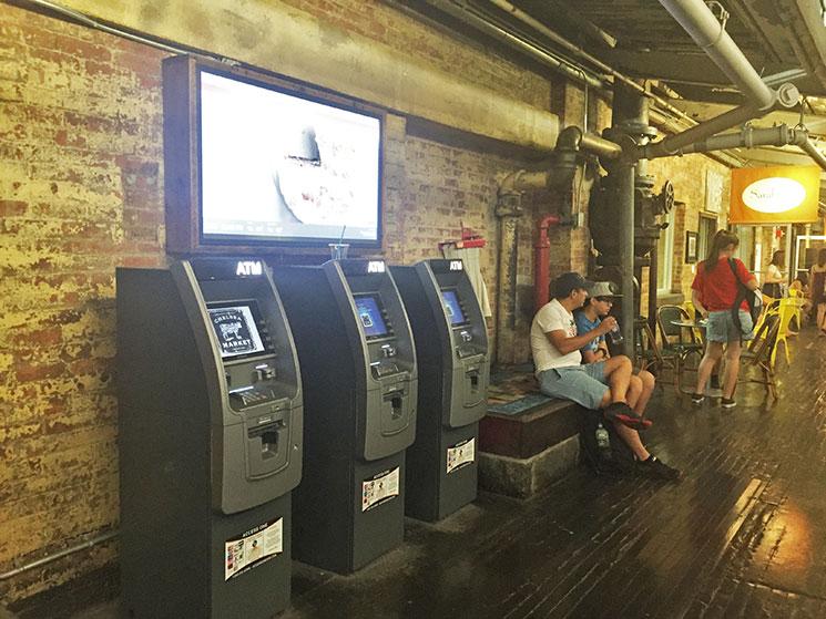 Caixas eletrônicos nos corredores do Chelsea Market