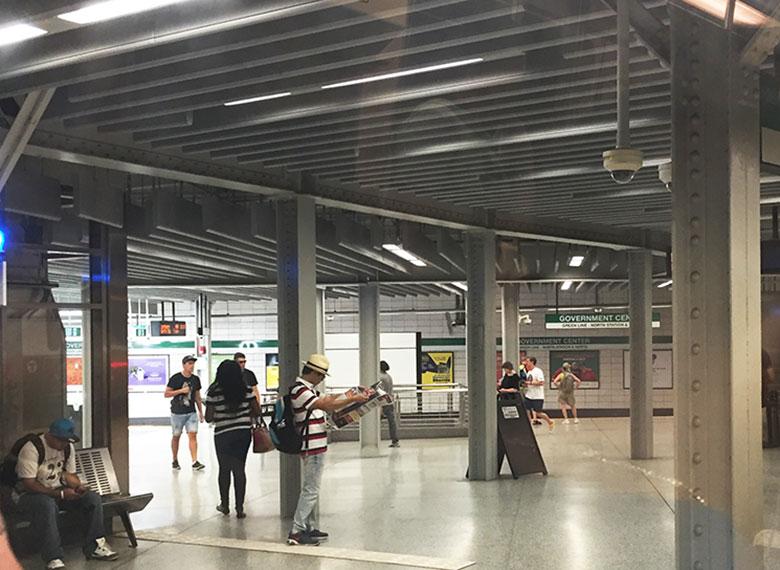 Salão principal de uma estação de metrô em Boston