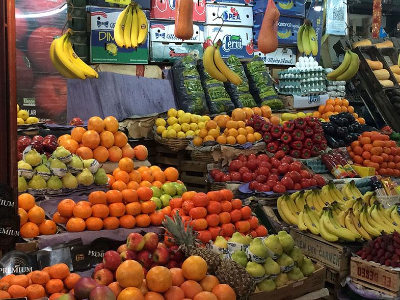Tenda de frutas no Mercado de San Telmo