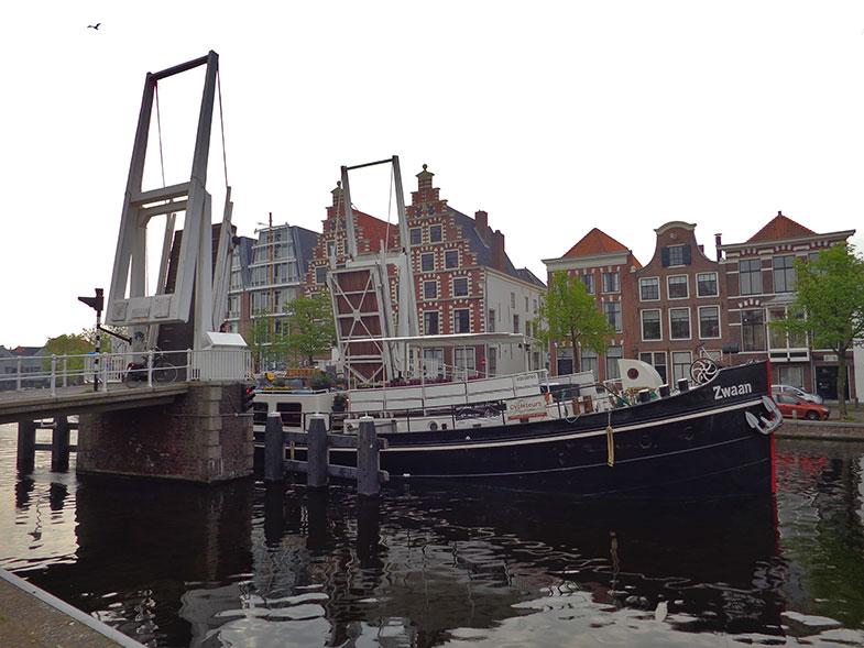 Ponte levadiça sobre o Rio Spaarne em Haarlem