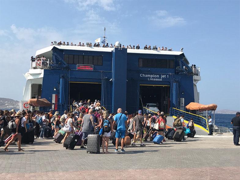 Embarque num ferry na Grécia