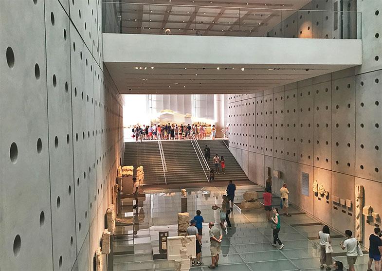 Sala das ladeiras vista do Erectéion no Museu da Acrópole de Atenas