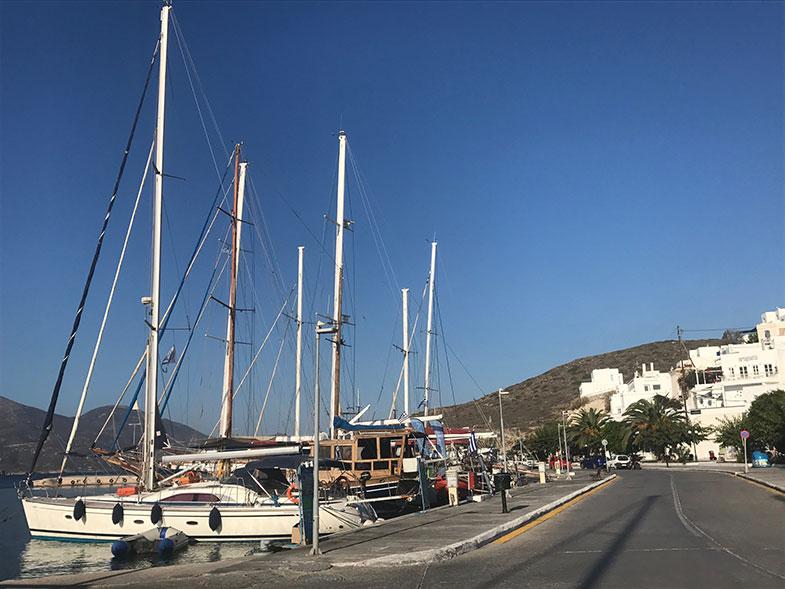Porto de Adamas em Milos