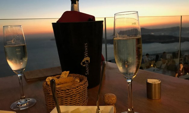 Por do sol numa vinícola em Santorini