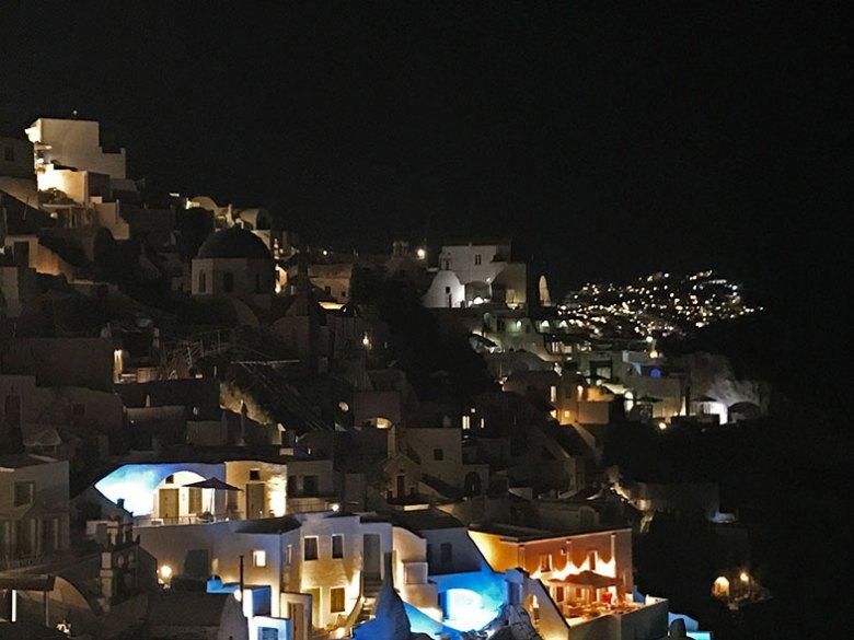 Oia à noite onde ficar em Santorini