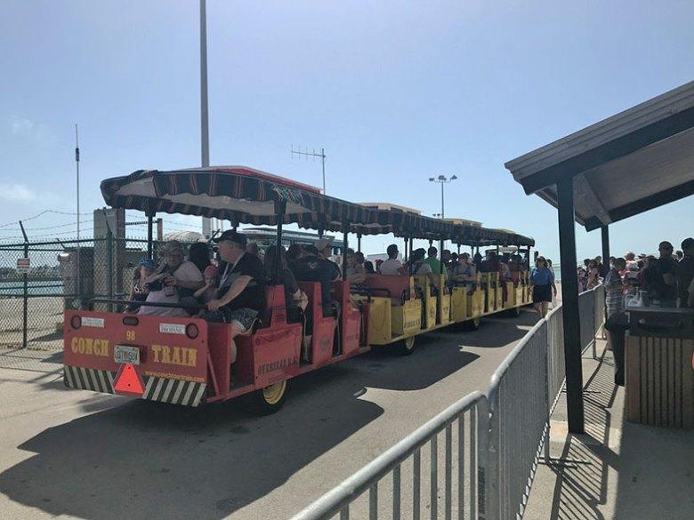 Trem que leva os passageiros do cruzeiro Disney em Key West
