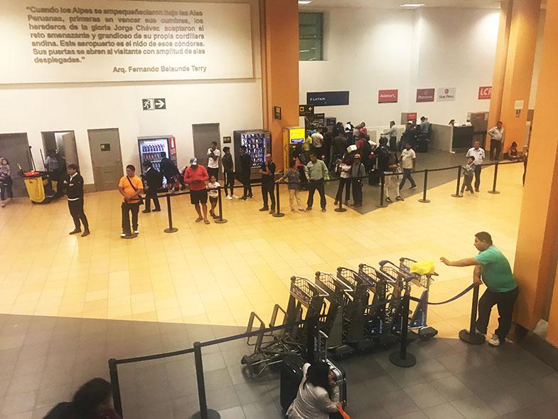 Saguão de chegada do aeroporto de Lima