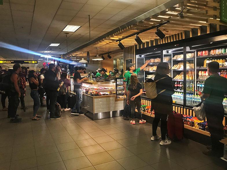 Quiosques de alimentação no aeroporto de Lima