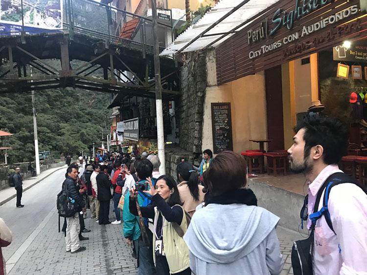 Fila para pegar o ônibus para Machu Picchu