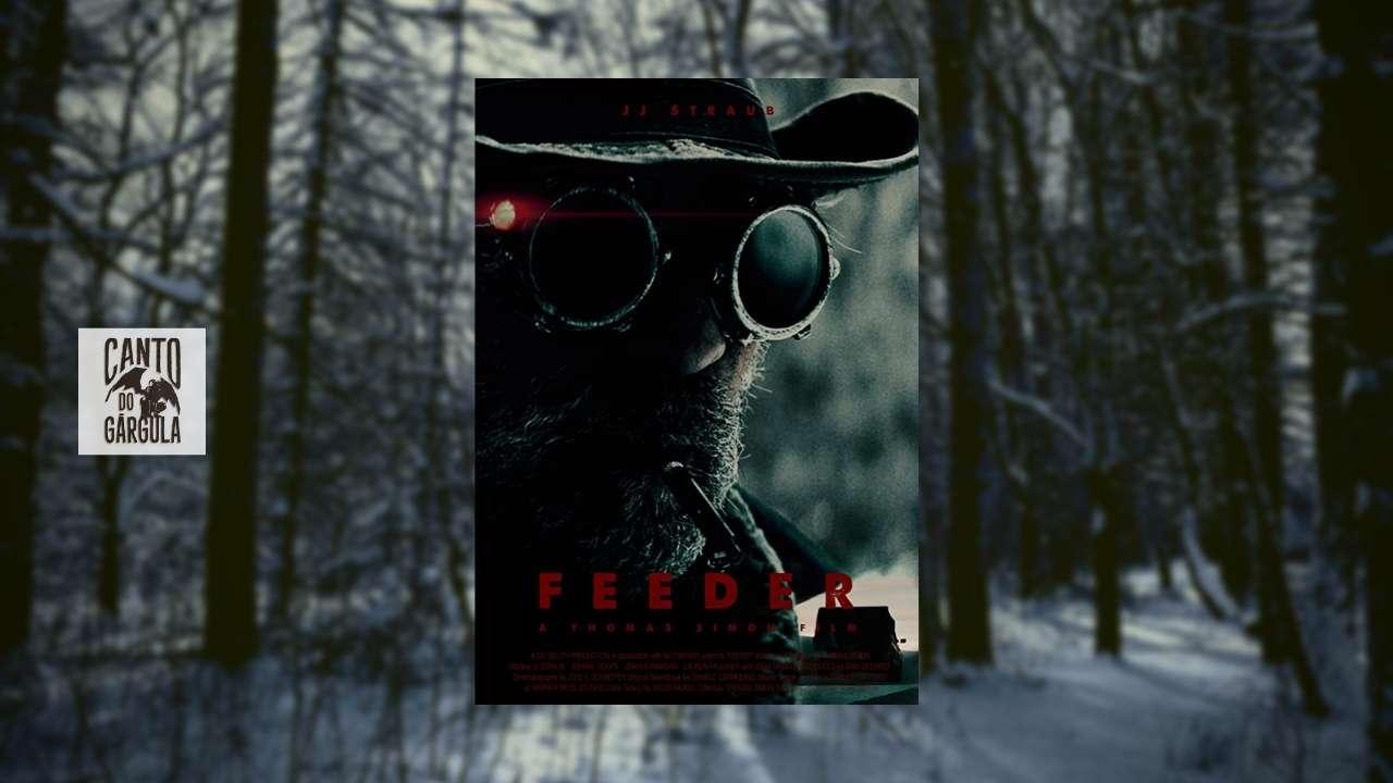 Feeder, curta-metragem de horror do canal Alter. Floresta com neve ao fundo. Homem barbado usando chapéu e googles, segurando um apito.