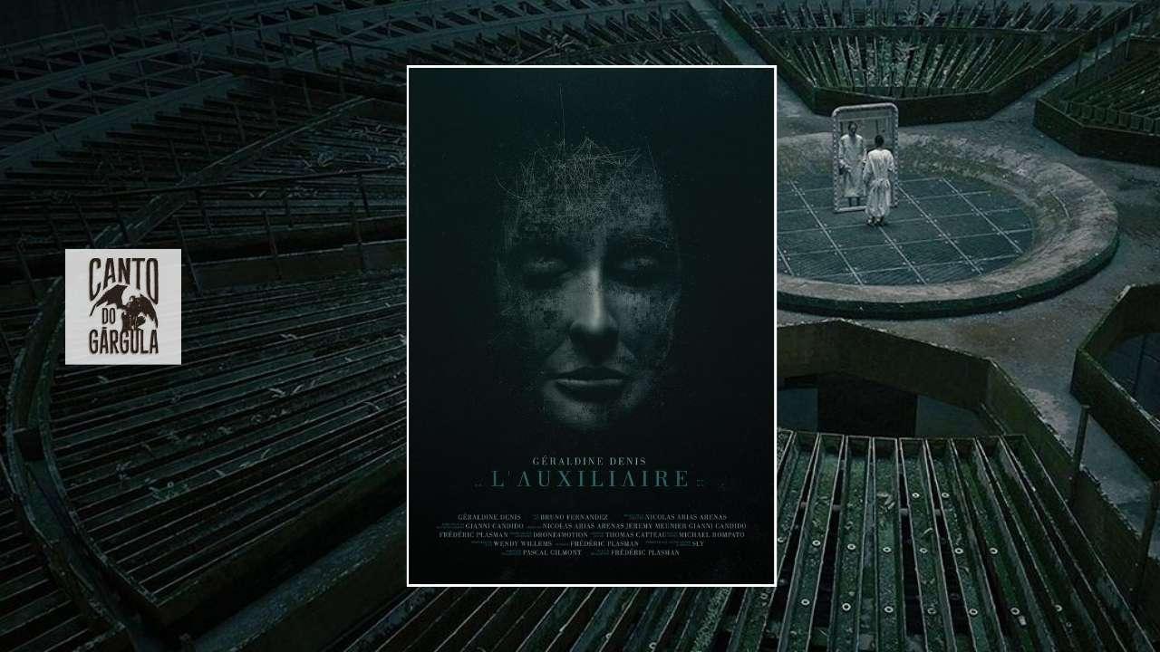 Poster do curta-metragem L'Auxiliaire, do Canal Dust. Ao fundo um complexo estranho e grandioso onde uma mulher se olha em um espelho bem no centro do espaço, que é circular.