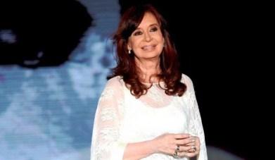 Cristina Kirchner arribó esta noche a la Argentina, con su hija Florencia