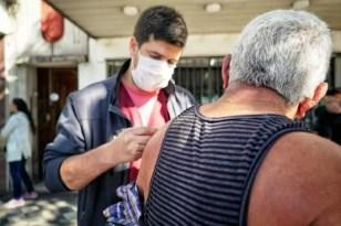 Monte Grande, en  filas en los bancos el sistema de Salud del Municipio aprovecho para vacunar a los adultos mayores